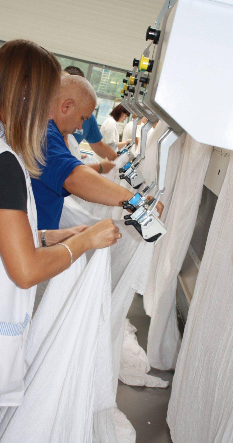 Wäschereibetrieb-Mangel-Mitarbeiter